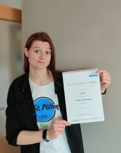 Lea Wall, Vorsitzende der Fachhochschulvertretung, mit Zertifikat der COVID-19-Beauftragten